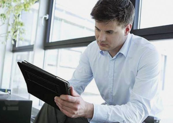 25_businessman_using_tablet_in_office_34djp0009rf_420px